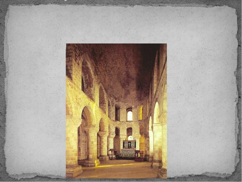 Интерьеры романского стиля соответствовали мрачному характеру архитектуры. Пр...