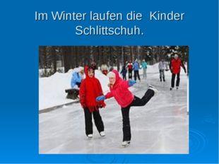 Im Winter laufen die Kinder Schlittschuh.