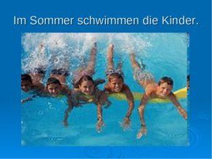 Im Sommer schwimmen die Kinder.
