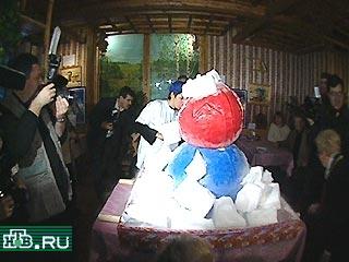 это напоминает самый большой снеговик из мороженого фото виновника торжества
