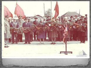Ветераны возлагают гирлянду к памятнику
