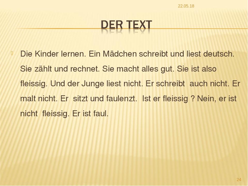 Die Kinder lernen. Ein Mädchen schreibt und liest deutsch. Sie zählt und rech...