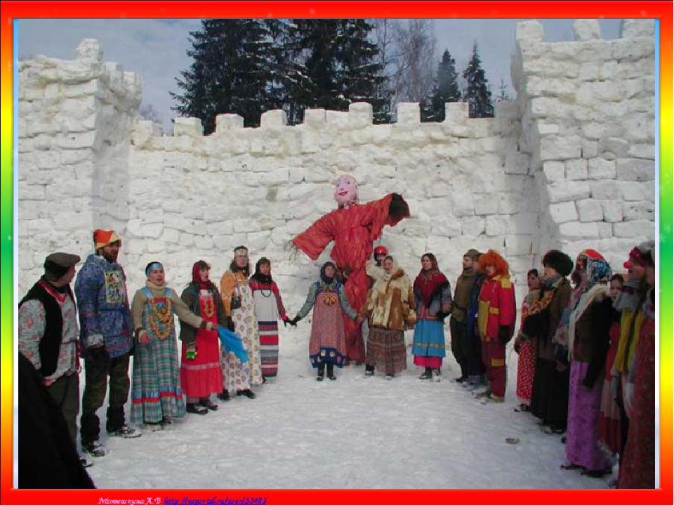 На площади, где проходило празднование Масленицы строили снежную крепость